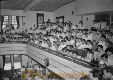 県議会見学の小学生=熊本市桜町 県議会見学の小学生=熊本市桜町 撮影:1955年6月 県議会見学